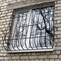 Металлопластиковое окно с выпуклой решоткой.